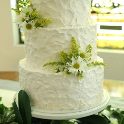 White Round Tiered Wedding Cake | Buttercream Frosting and White Daisy